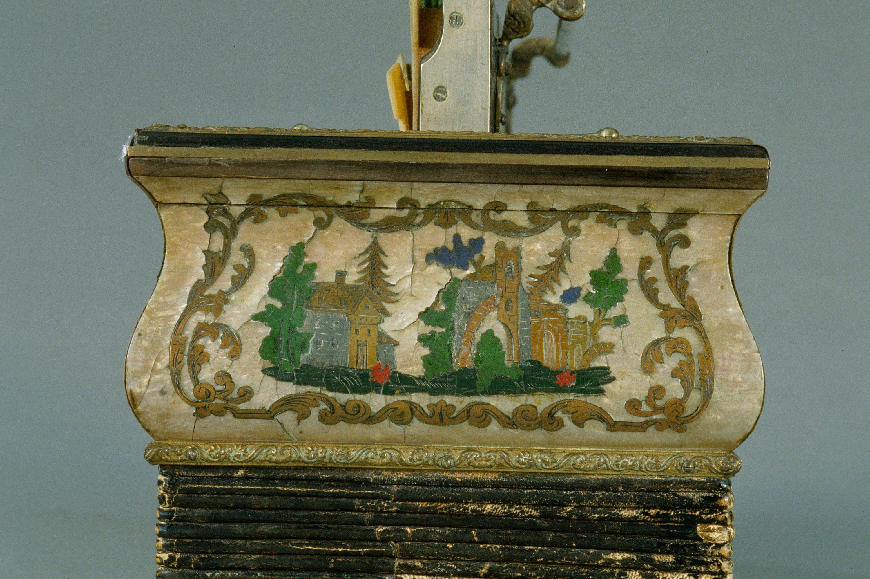 Vue de l'exposition Un Musée aux rayons X, Détail du décor de l'accordéon bisonore en mi bémol, Georges Kanéguissert, Vers 1855, Paris, Jean-Marc Anglès,
